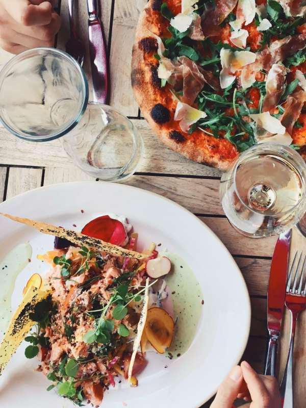 Na kosilu pri Jamie's Italian - pizza parma and salmon salad
