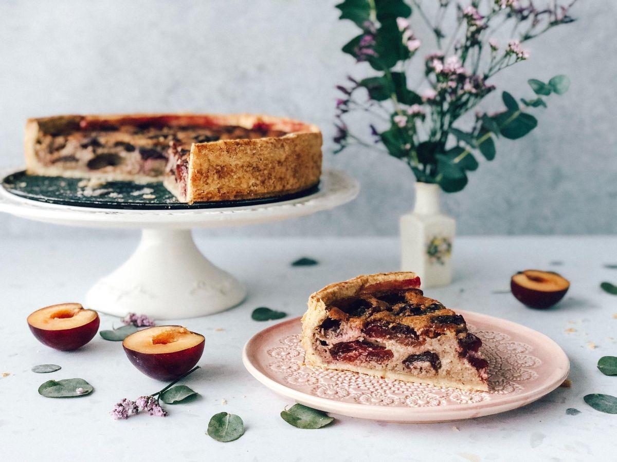 Rustikalna slivova pita z mandlji